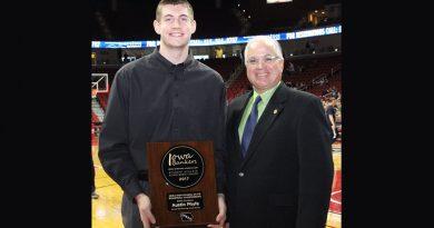 Waverly basketball player wins character award